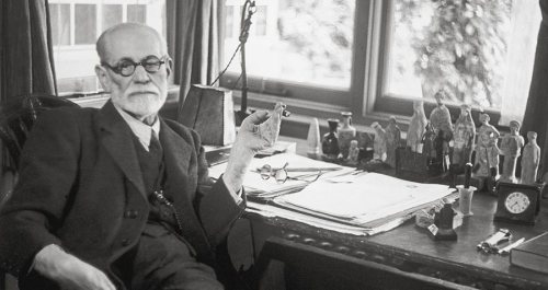 sigmund-freud-desk